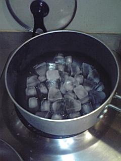 090615鍋の中に氷.jpg